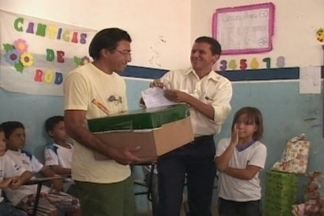 Alunos de escola pública mandam cartas ao Papai Noel - Os alunos de uma escola pública da cidade de Patos mandaram cartinhas para o Papai Noel e ele respondeu trazendo presentes.