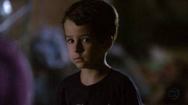 Junior pede para falar com Lucimar - Áurea fica nervosa com o desaparecimento do menino. Lucimar e Théo vasculham a cidade, mas não encontram nenhum sinal de Junior