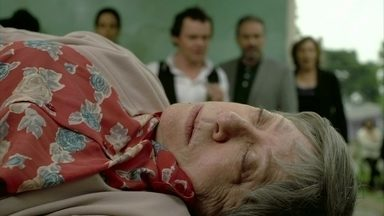 Dona Picucha toma porre e vai parar no hospital - Depois de dançar e beber no pagode na casa de Lenir, ela passa mal