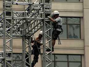 Técnicos se revezam para montar o palco do réveillon na Avenida Paulista - Duzentos e cinquenta pessoas se revezam em dois turnos para montar o palco que vai ter mais de mil metros quadrados. Painéis de LED prometem deixar os shows mais bonitos.