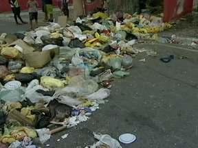 Moradores sofrem com a falta de coleta do lixo na Região Metropolitana de São Paulo - Em Ferraz de Vasconcelos, na Região Metropolitana, a coleta não passa há 20 dias e não tem mais lugar onde colocar lixo. Alguns moradores se irritaram e jogaram o lixo no meio da rua, o que só piorou a situação.