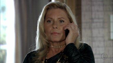 Irina avisa a Russo que Jéssica fugiu - Os clientes impedem que a traficante chame a segurança e um deles se interessa pela camareira, Disfarçada, Jéssica desce no mesmo elevador que os dois