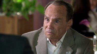 Arturo questiona Carlos sobre seu caso com Antonia - O empresário fica constrangido ao ser questionado sobre o assunto