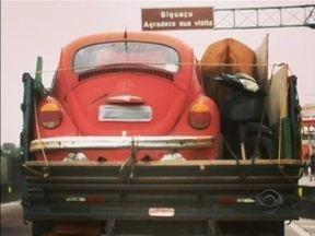 Flagrante mostra caminhão carregando cavalo, moto e um fusca - Segundo PRF, atitude de motorista não é caracterizada como infração de trânsito.