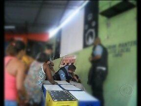Polícia investiga ação de PM da UPP São Carlos, no Centro do Rio - Um vídeo publicado na internet, mostra o policial militar agredindo moradores do morro da Mineira. A confusão teria começado depois de uma briga entre parentes, que já tinha acabado antes dos agentes chegarem ao local.
