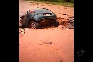 Condutor tem veículo engolido por cratera em Campo Grande - Em Campo Grande, um motorista teve o veículo engolido por uma cratera na última quarta-feira.