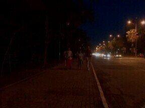 Falta de iluminação deixa as caminhadas na Marechal Castelo Branco uma prática perigosa - Na região há postes com lâmpadas, mas elas não funcionam.