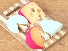 Cascas do queijo são comestíveis - O engenheiro de alimentos Guilherme Rodrigues explica que a casca do queijo do reino é comestível, mas altera o paladar. No caso dos queijos com casca branca ou azul, não se deve eliminá-la, já que é ela que dá o gosto.