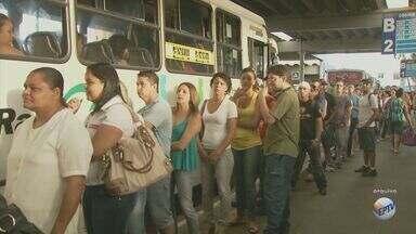 Moradores reclamam das más condições dos pontos de ônibus em Piracicaba, SP - Além da má qualidade dos veículos, os pontos de ônibus precários e descobertos causam transtornos para os usuários durante o período de chuva.