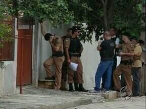 Homem mantém família da ex-mulher refém em Joaquim Távora - Uma equipe do COE - Comando de Operações Especiais da PM - está na cidade, que fica a 180 quilômetros de Londrina, para negociar a libertação dos reféns