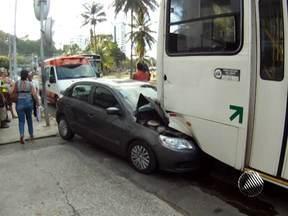 Motorista perde controle de veículo e bate no fundo de um ônibus em Salvador - Ninguém ficou ferido no acidente.