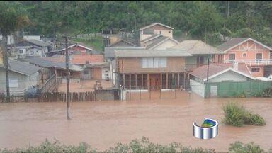 Chuva causa vários pontos de alagamento nas cidades da região - Casos mais críticos foram registrados em Campos do Jordão, Cunha e Guaratinguetá. Em São José dos Campos, árvore caiu sobre carros no centro.