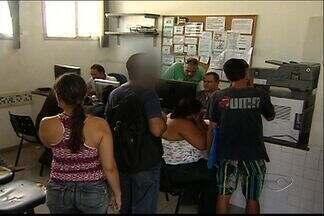 Vítimas reconhecem dupla de assaltantes presos na Serra, no ES - Mais de 30 pessoas foram ao DPJ de Laranjeiras na tarde desta quinta (10).