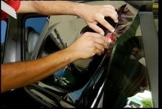 Com o forte calor dos últimos dias aumenta a procura por insufilmes em automóveis - Com o forte calor dos últimos dias aumenta a procura por insufilmes em automóveis. Mas para fazer o serviço é preciso seguir algumas normas.