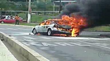 Carro pega fogo em rua de Betim, na Grande BH - Chamas somente foram controladas após a chegada dos bombeiros.