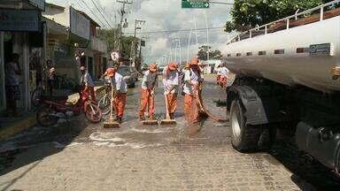 Ruas de Porto de Galinhas passaram por limpeza rigorosa nesta quinta-feira - Os garis saíram lavando as ruas com um caminhão. Um mutirão retirou lixo e limpou canaletas.