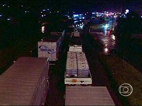Rio transborda no RJ e interdita a Via Dutra por quase quatro horas - Riacho transbordou em Resende, no Sul Fluminense, por causa da chuva. Náo há previsão de reabertura da via. Chove muito no local e motoristas devem evitar a rodovia.