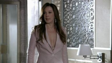 Lívia conta a Wanda a suspeita de Helô - A vilã diz que vai exterminar a delegada
