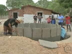 Programa de construção de cisternas ajuda comunidades rurais no Nordeste - No Ceará, as famílias de agricultores festejam cada vez que uma nova unidade fica pronta. Trabalho é feito no sistema de mutirão. Um cisterna cheio pode abastecer uma família de cinco pessoas por oito meses.