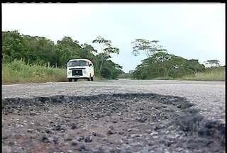 Buracos em rodovia que liga Carapebus a Macaé, RJ, levam perigo a motoristas - Para desviar, eles precisam usar o acostamento e até a contramão.Concessionária responsável pela estrada prometeu soluções imediatas.