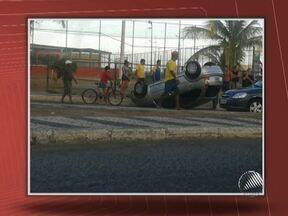 Motorista capota carro na tarde da última segunda em Salvador - Segundo testemunhas, a condutora do carro tentava entrar no bairro da Boca do Rio, perdeu o controle da direção, subiu o canteiro e acabou capotando.