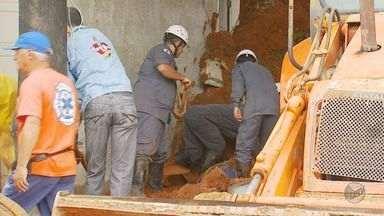 Dois rapazes morreram soterrados em oficina mecânica após chuva em Lambari - Dois rapazes morreram soterrados em oficina mecânica após chuva em Lambari
