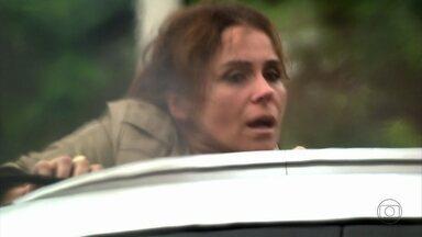 Helô consegue se salvar - Antes que a delegada consiga sair do carro incendiado, o comparsa de Russo avisa ao bandido que o trabalho foi feito