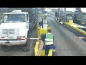 Motoristas do Paraná que furam pedágio acertam contas na Justiça - Um motorista assumiu ter passado no pedágio sem pagar a tarifa quase duzentas vezes. Câmeras de segurança registram o momento em que carros e caminhões passam sem parar.