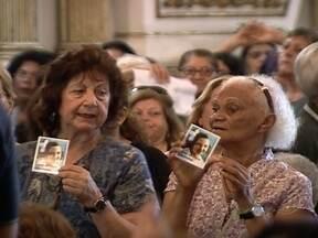 Fiéis se emocionam no processo de beatificação de Odettinha - A menina, que morreu aos 9 anos e tem milhares de devotos, pode se tornar a primeira santa carioca. O processo de beatificação pode levar dois anos.