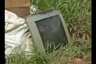 Moradores da rua Mariguela, no bairro do Tapanã, contabilizam prejuízos com as chuvas - De acordo com a população local, última limpeza dos canais foi feita há mais de um ano.