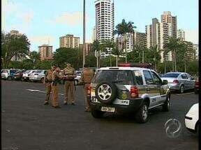 Polícia faz operação na praça da catedral - A fiscalização é para tentar impedir o som alto e a bagunça