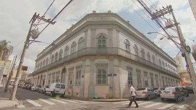 Usuários denunciam más condições de prédio histórico que abriga museu em Campinas - Usuários denunciam más condições de prédio histórico em Campinas. O Palácio dos Azulejos, onde está a sede do Museu da Imagem e do Som (MIS), apresenta problemas.