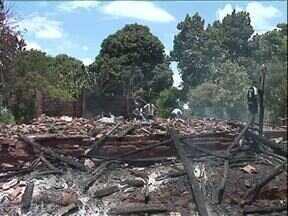 Casas são destruídas pelo fogo em Amaporã - Voluntários ajudaram a salvas móveis