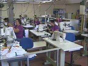 Costureiras trabalham a todo vapor na confecção de uniformes - Produção começou em setembro do ano passado