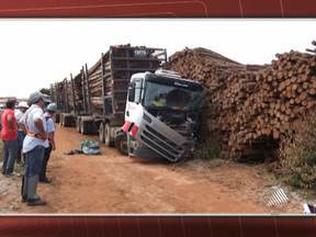 Motorista de carreta morre em acidente na zona rural de Teixeira de Freitas - A carreta passava por um trecho de descida, quando ficou sem freios. A vítima tentou sair do veículo, se desequilibrou, mas caiu embaixo da carreta.