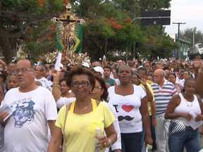 Homenagens ao Senhor do Bonfim são encerradas no último domingo em Salvador - Antes de entrar na Basílica do Bonfim, os fiéis deram três voltas ao redor da igreja, fazendo pedidos.