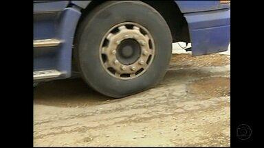 Trecho da BR-356, no Triângulo, está tomado por buracos na pista - Os motoristas não conseguem escapar dos buracos na estrada que liga Minas Gerais ao Nordeste do país.