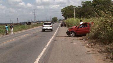 Acidente em Messias deixa três pessoas feridas - A colisão aconteceu na BR 101, na entrada do município de Messias. Duas mulheres e uma criança tiveram ferimentos leves.