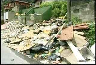 Nova empresa de coleta de lixo começa trabalhos em Petrópolis, RJ - Nova empresa dobrará a capacidade de recolhimento aos domingos.Cidade ainda enfrenta problemas com entulho não coletados e ratos.