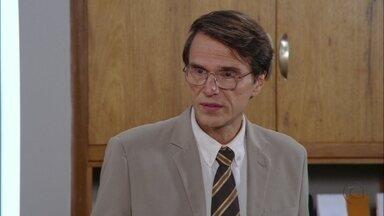 Dino se sente culpado ao ver o desespero de Roberta - Ele a incentiva a fechar o acordo com Giocondo