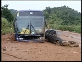 Carros ficam atolados na BR 116 próximo a Campanário - Carros ficam atolados na BR 116 próximo a Campanário