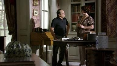 Arturo e Isaurinha não conseguem falar com Celso - A polícia vasculha o apartamento da família à procura de Celso e Raissa. Antonia liga para Carlos e Amanda percebe que o marido está falando com a ex de Celso. Arturo repreende Isaurinha pelo comportamento do filho