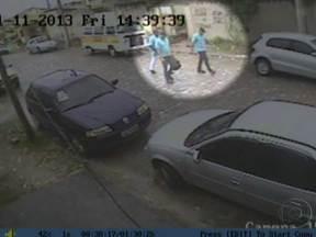 Polícia divulga imagens de suspeitos de sequestrar um empresário em Itaboraí - O sequestro aconteceu há 11 dias. Eles usavam uniformes de uma telefonia quando se aproximaram da casa onde Itamar da Silva Júnior receberia um aluguel. Testemunhas já reconheceram os bandidos.