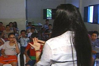 Projeto beneficia crianças carentes com curso de idioma durante férias em Campina Grande - Professores intercambistas dão aulas para os pequenos que estão adorando a ideia.