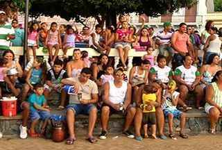 Pais precisam providenciar autorização para que filhos participam de Carnaval em Corumbá - Este ano o Conselho Tutelar de Corumbá não vai mais emitir as carteirinhas que autorizam as crianças e os adolescentes a participarem do Carnaval da cidade. Após uma decisão judicial, agora os pais é que precisam fazer uma autorização.