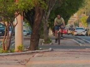 Faltam ciclovias e trânsito fica perigoso para cliclistas - Ciclistas se arriscam andando entre carros e motos