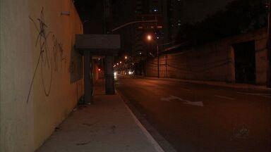 Usuários de ônibus reclamam de insegurança em paradas de Fortaleza - Passageiros reclamam de assaltos e evitam ficar nos pontos durante a noite no Bairro Aldeota.