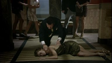 Mustafa constata que Jéssica está morta - Aída a encontra desacordada no banheiro