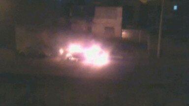 Telespectador filma carro em chamas em Juiz de Fora - Fogo alastrou rapidamente e destruiu o veículo.