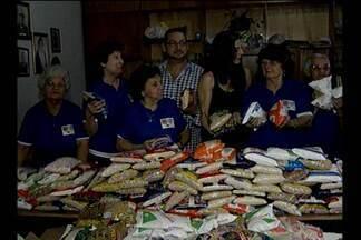 """Mais de 1500 kg de alimentos são arrecadados durante apresentações de dança - Idosas de um abrigo de Belém receberam as doações arrecadadas durante a apresentação do espetáculo """"La Bayadére"""""""